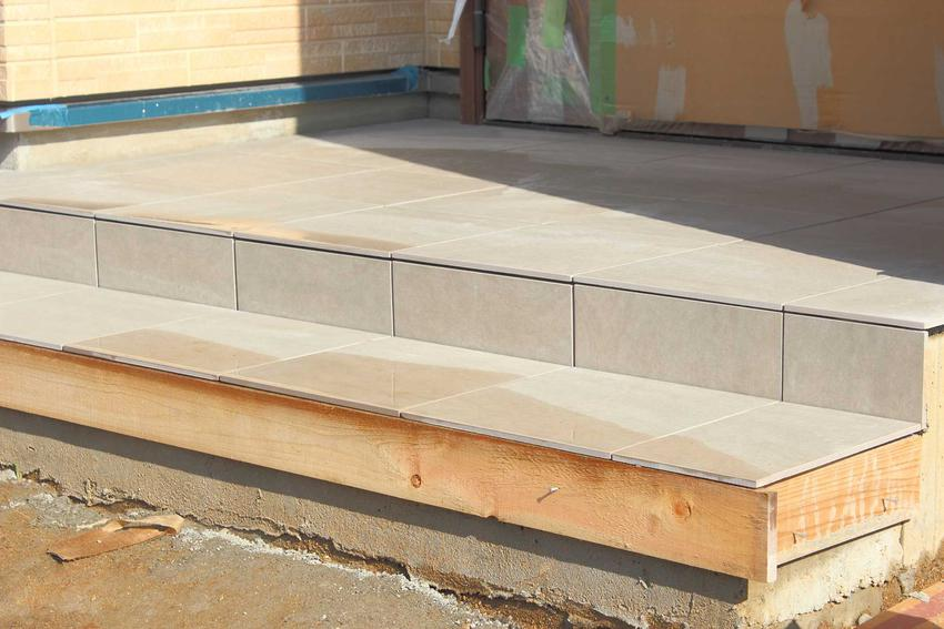 Wykończenie schodów betonowych zewnętrznych najczęściej robi się za pomocą płytek lub kamienia. Dzięki temu dobrze wyglądają i są bardziej bezpieczne