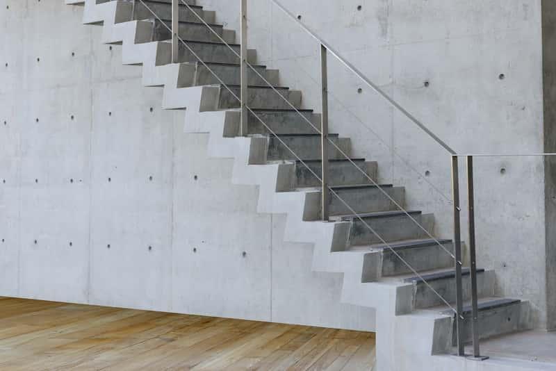 Schody betonowe wewnętrzne krok po kroku, czyli wykończenie, cena i jakość. Schody z betonu można nowocześnie zaaranżować.