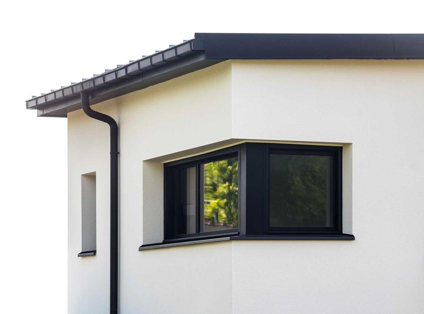 Narożne okno do kuchni jest świetnym rozwiązaniem, który sprawia, że kuchnia jest wspaniale oświetlona. Na dodatek jest to sposób na otwarcie przestrzeni.
