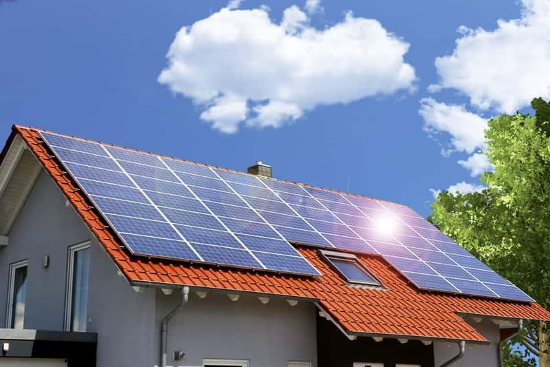 Panele fotowoltaiczne na domu jednorodzinnym, a także energia słoneczna w Polsce - wady, zalety, koszty instalacji i eksploatacji