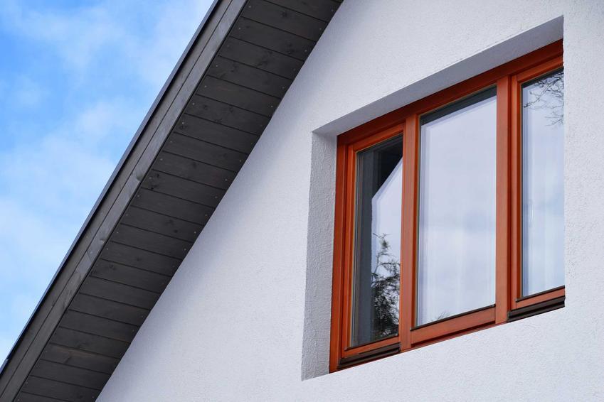 Drewniane okna w ciemnym kolorze w domu jednorodzinnym, a także okna drewniane i najlepsi producenci, montaż, ceny