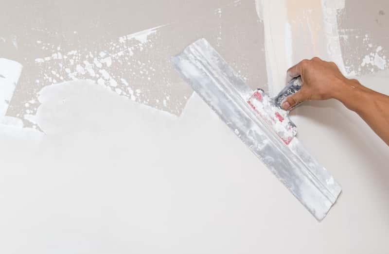 Świeży tynk na ścianie, a także ile schną tynki, wylewki oraz stropy i czas schnięcia mokrych tynków krok po krok
