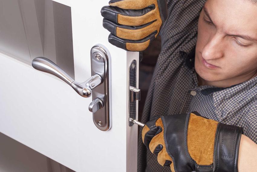 Regulacja drzwi wejściowych metalowych jest zależna od rodzaju zawiasów. Należy ją przeprowadzać regularnie, by przez szczeliny nie przedostawało się zimne powietrze.