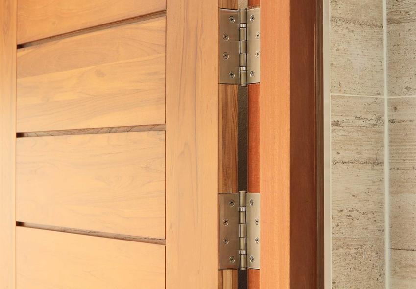 Regulacja drzwi zewnętrznych zaczyna się od regulacji ich zawisaów. Bardziej nowoczesne zawiasy można bardzo łatwo wyregulować dokręcaniem śrubki za pomocą zwykłego śrubokrętu.