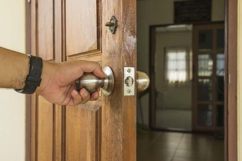 Regulacja drzwi zewnętrznych nie jest łatwa, ale trzeba ją wykonać, by drzwi dobrze się zamykały. Regulowanie drzwi zewnętrznych krok po kroku.