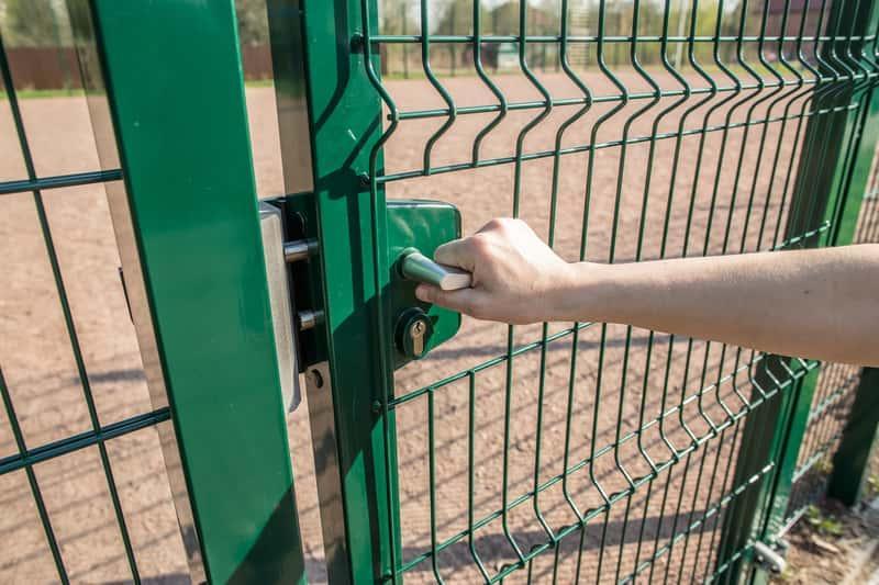 Ogrodzenie panelowe z siatki krok po kroku, cena, montaż, rozwiazania, a także inne rodzaje ogrodzeń panelowych: drewniane, betonowe