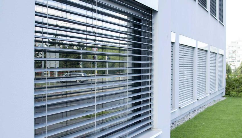 Rolety zewnętrzne są bardzo dobrym rozwiązaniem. Wykonane z aluminium lub drewna, dobrze chronią przed słońcem. Można sterować nimi zdalnie.