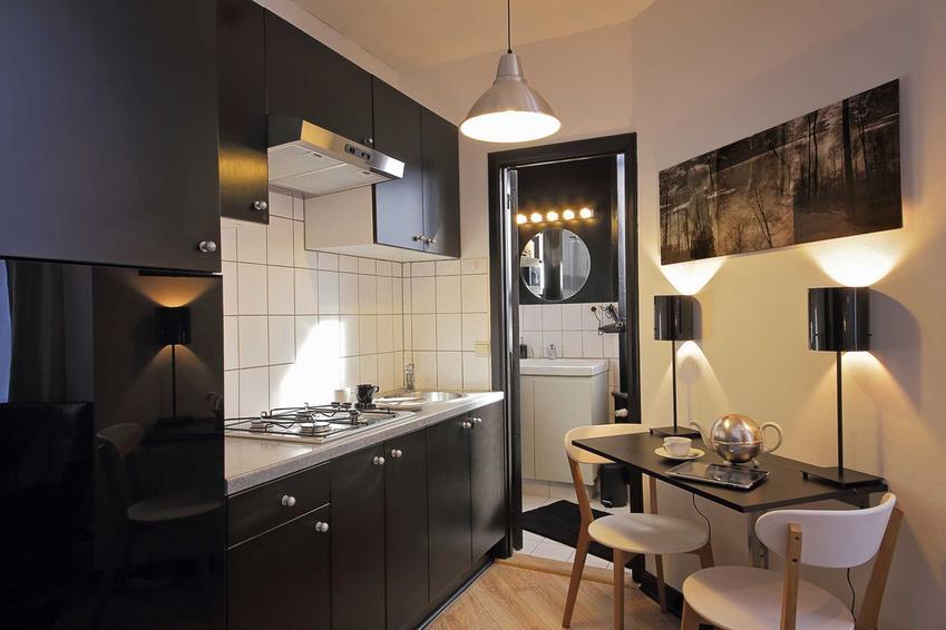 Aranżacja małej kuchni może być trudne. W wielu blokach znajduje się bardzo mała kuchnia, w której należy zmieścić bardzo wiele sprzętów i szafek