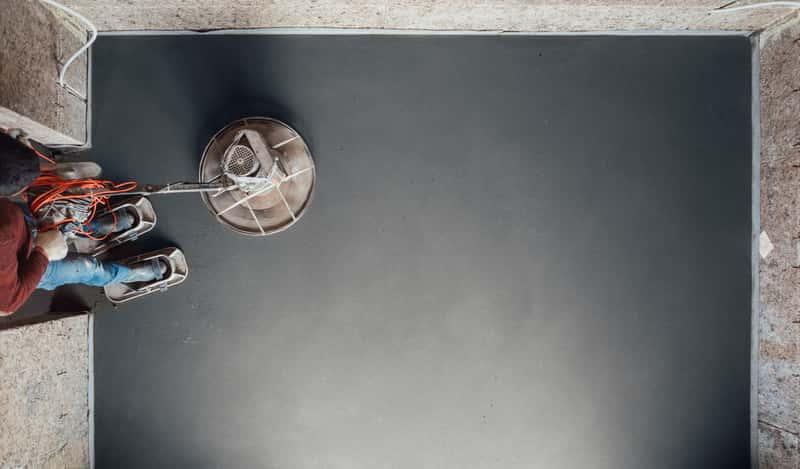 Posadzka betonowa wylana w pomieszczeniu, a także rodzaje posadzek, samodzielne wykonanie, zastosowanie, wady i zalety