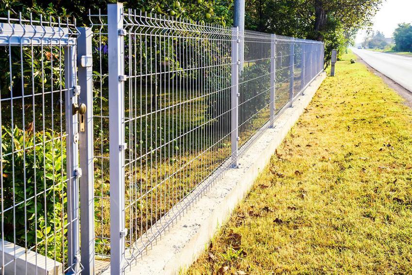 Panele ogrodzeniowe bardzo dobrze się sprawdzają. Mają standardowe wymiary, a ich ceny nie są wysokie. Dlatego to świetne rozwiązanie na działkach