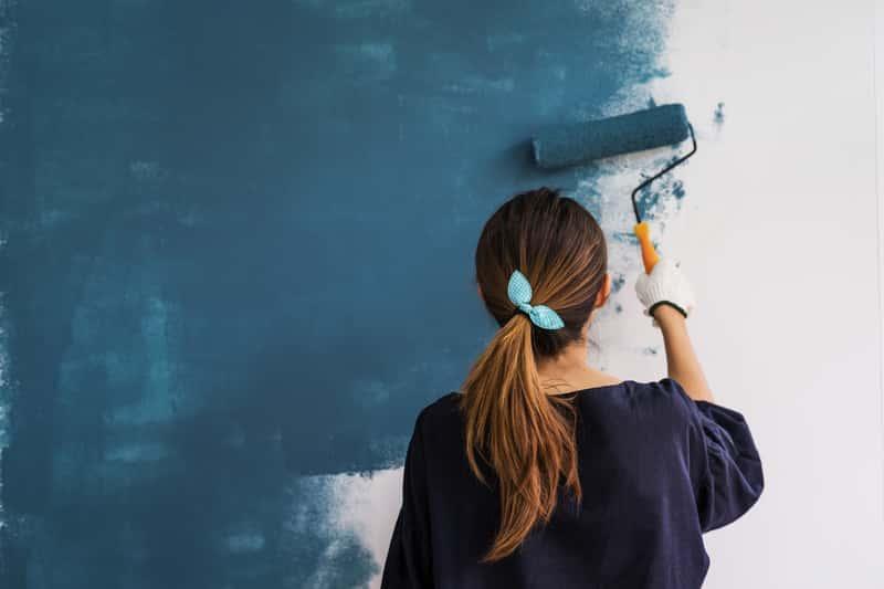 Czy można pomalować tapetę? Oczywiście tak. Malowanie tapety to dobre rozwiązanie, które pozwoli na jej odnowienie i zmianę pokoju