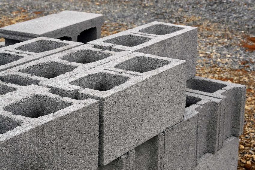 Pustaki na budowie są tańszą wersją niż czerwona cegła. Mają spore wymiary i dość niską wagę. Pustak ceramiczny i betonowy mają inne cenniki.