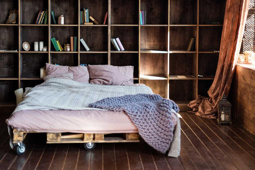 Łóżko do sypialni można zrobić z palet. To szybkie i wygodne rozwiązanie, a co najważniejsze tanie i stylowe. Dobrze się prezentuje w wielu stylach mieszkań.