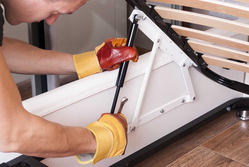 Zrobienie łóżka z palet lub drewna to świetny pomysł. Można je zrobić samodzielnie, jednakże potrzeba do tego specjalistycznych narzędzi.