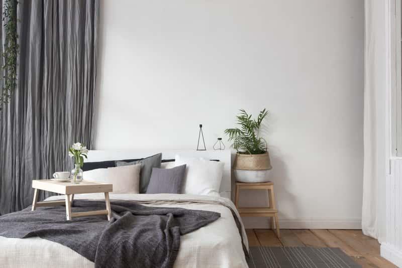 Prosta sypialnia w stylu skandynawskim, a także aranżacje, projekty oraz pomysły na sypialnię skandynawską