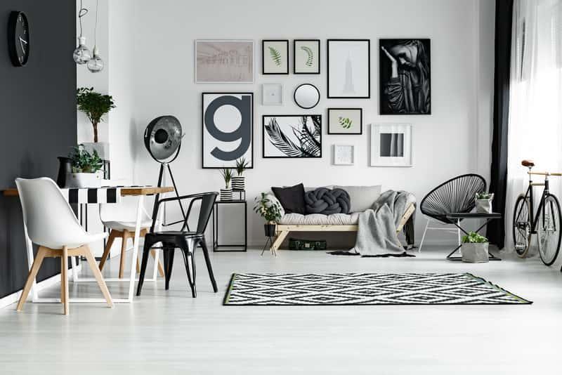 Białe meble skandynawskie do pokoju, a także rodzaje mebli skandynawskich, inspiracje oraz ceny mebli