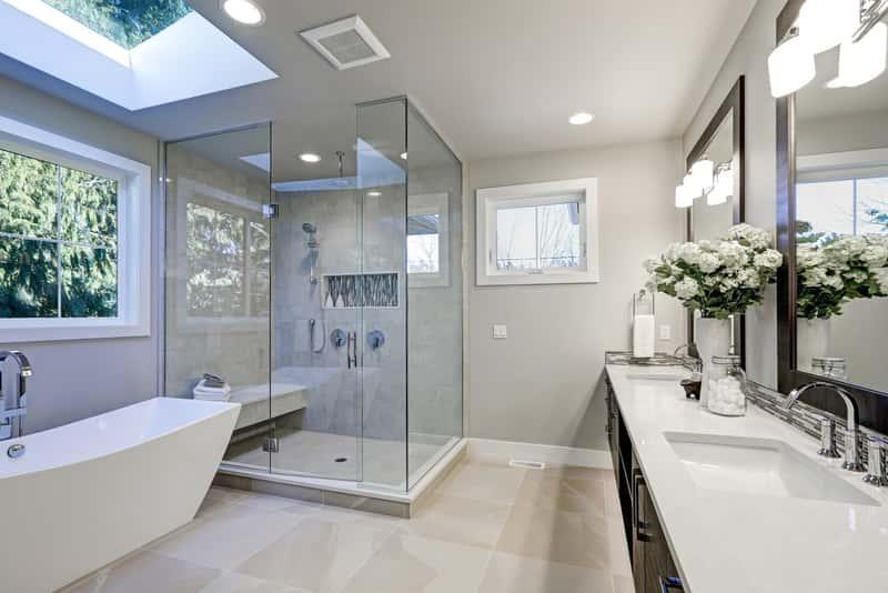 Płaski brodzik z odpływem liniowym w łazience - ciekawe rozawiązania, zastosowanie, wygoda, użyteczność, montaż, polecane rodzaje