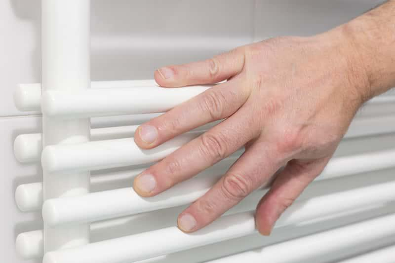 Włączony grzejnik jako źródło ogrzewania domu energooszczędnego, a także najważniejsze informacje o zasadach ogrzewania domów energooszczędnych