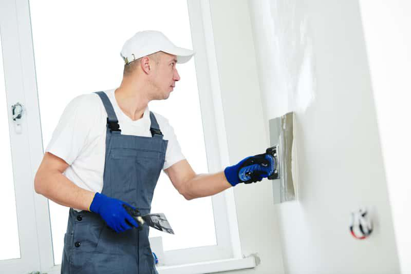 Tynk gipsowy nakładany na ścianę, a także różnice miedzy tynkiem strukturalnym a gipsowym, wady i zalety obu rozwiązań