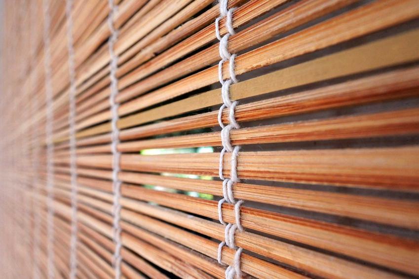 Żaluzje różnego rodzaju bardzo dobrze się sprawdzają. Mogą być zrobione z drewna lub bambusa. Są lekki ei ładnie się prezentują.