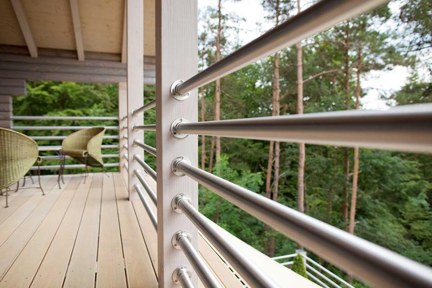 Barierki aluminiowe to jedno z najlepszych i najbardziej nowoczesnych rozwiązań na balkon i taras. Wyglądają bardzo minimalistycznie.