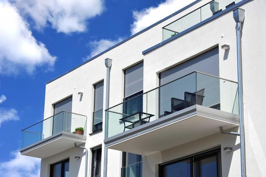 Szklana balustrada ze stali nierdzewnej to najlepsze rozwiązanie. Wspaniale się prezentuje, a przy tym jeszcze jest odporna na niszczenie.