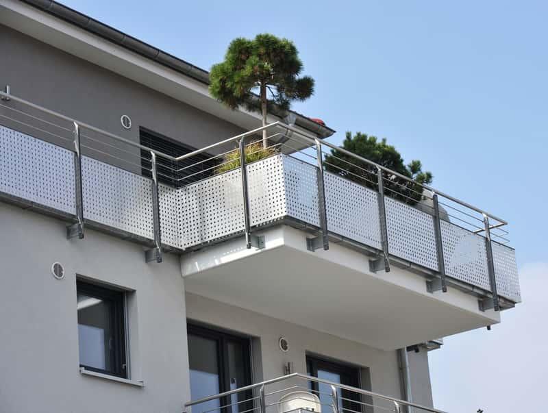 Balustrady i barierki balkonowe powinny być dopasowane stylem do bryły budynku. Balustrady szklane i drewniane są najbardziej popularne.