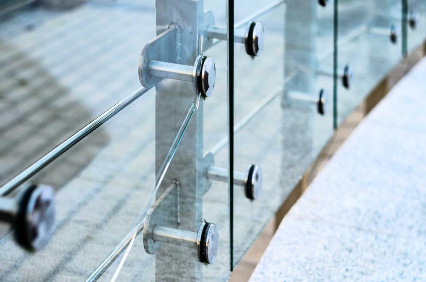 Szklana balustrada i barierki ze szkła dobrze się sprawdzają. Mają wysokie ceny, są ich różne rodzaje, świetnie wyglądają.