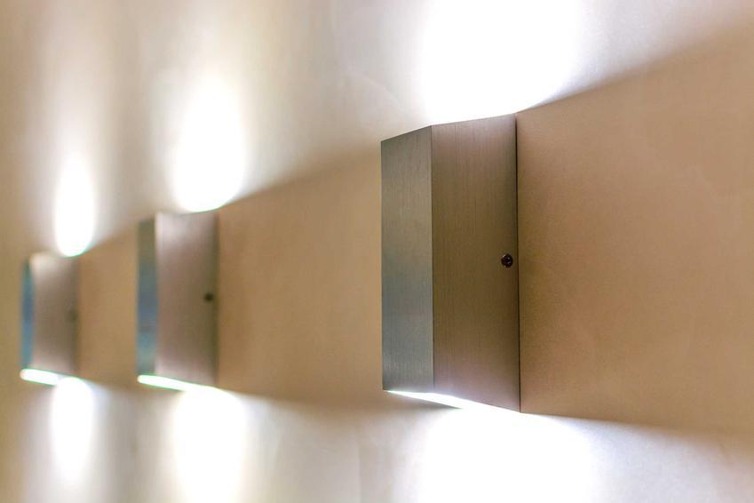 Kinkiety na ścianach to świetne oświetlenie dodatkowe. Dobrze sprawdzają się w domu, dają ładne, lekkie światło.