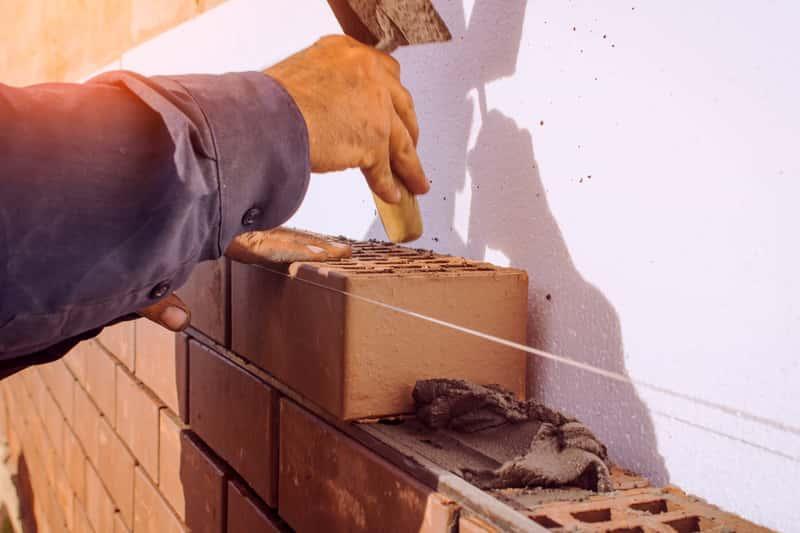 Murowanie murku ceglanego z zastosowaniem zaprawy szamotowej, a także sposób użycia, cena oraz najważniejsze informacje