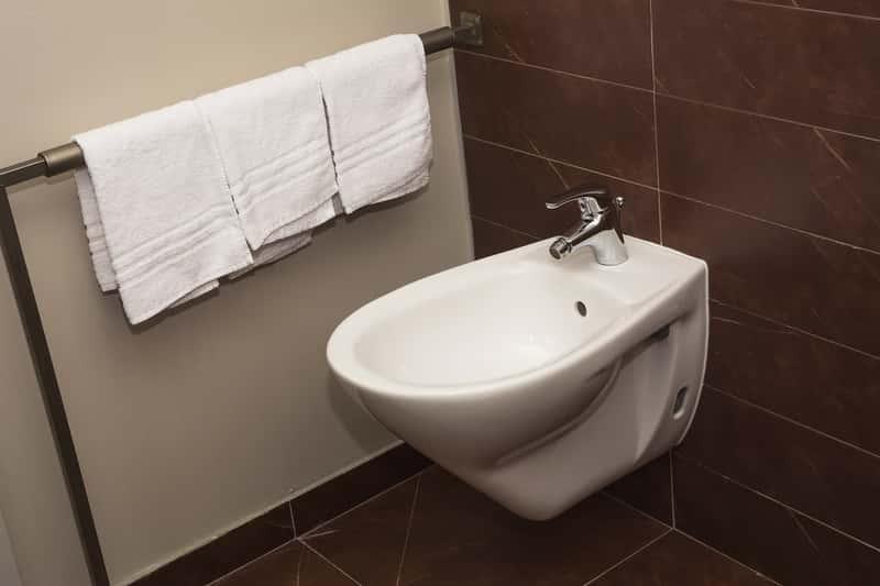 Bidet w łazience, a także do czego służy bidet i jak z niego korzystać, wady i zalety takiego rozwiązania w domu