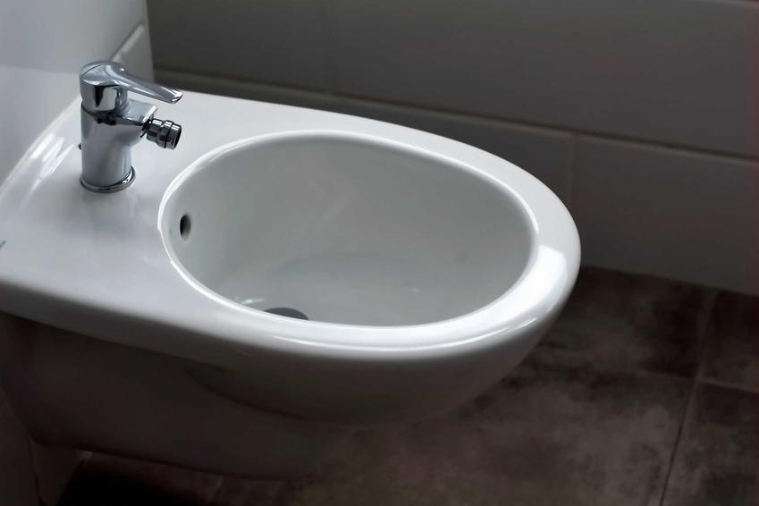 Bidet w łazience to świetne rozwiązanie jeśli masz dostatecznie dużo miejsca. Podłączenie bidetu nie jest trudne, a samo urządzenie można kupić w cenie toalety