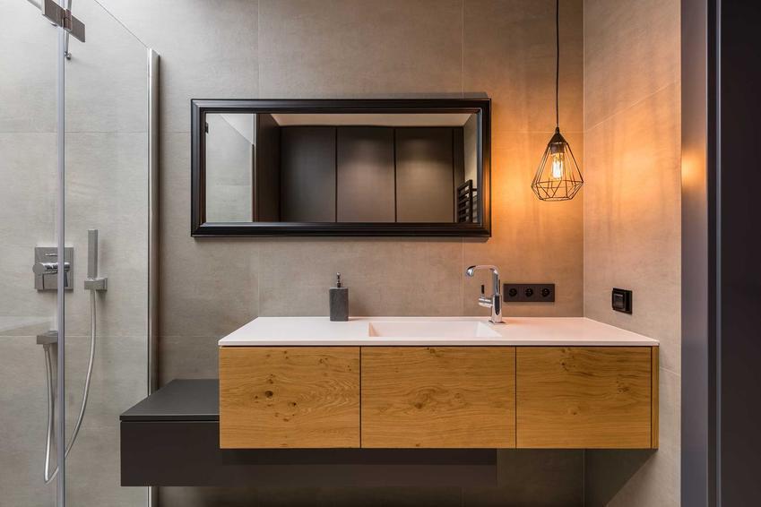Umywalka w łazience wpuszczona w blat to jedno z najlepszych i najnowocześniejszych rozwiązań. Ładnie wygląda i pasuje do wszystkich łazienkowych aranżacji.