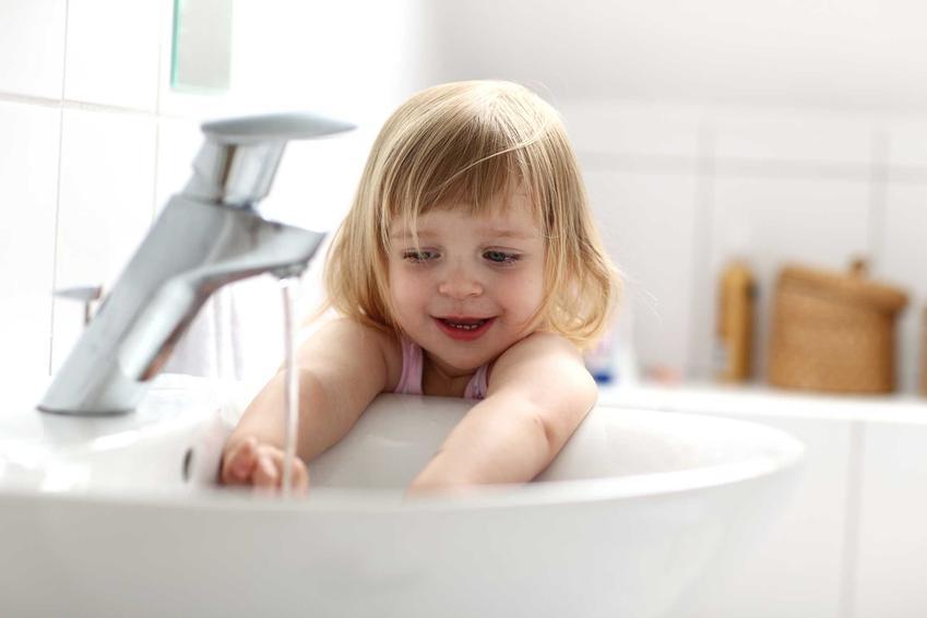 Wysokość umywalki dla dziecka w standardowej łazience jest za duża - dziecko nie może wygodnie sięgnąć rączkami do strumienia wody