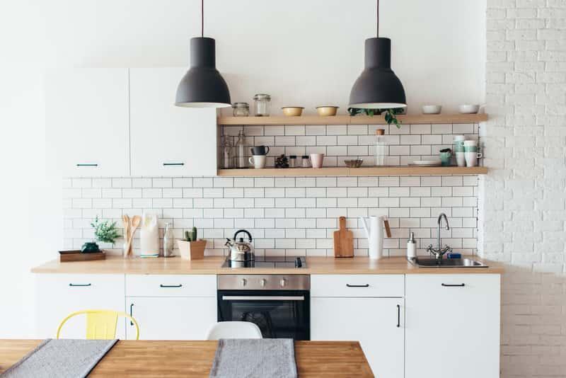 Białe meble w kuchni w cenie mieszkania do salonu i sypialni, a także aranżacje białych mebli do kuchni krok po kroku