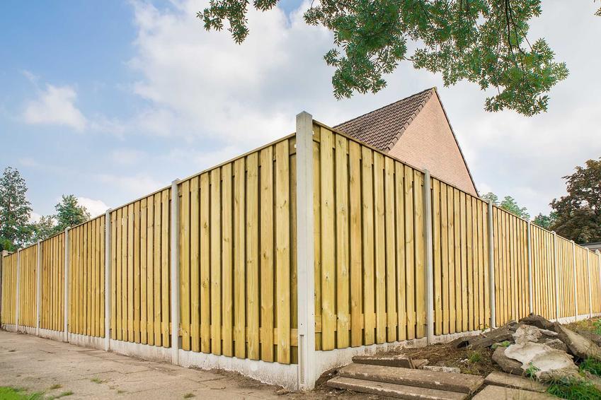Przęsła drewniane do ogrodzenia działki to świetny, niedrogi i bardzo estetyczny pomysł. Sposób montażu nie jest trudny, można to zrobić samodzielnie.