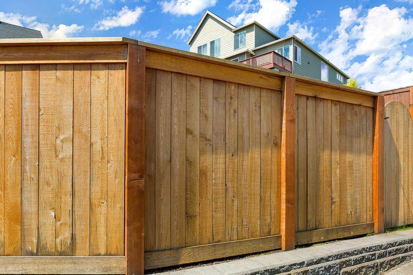 Panele ogrodzeniowe drewniane dobrze się sprawdzają w każdym ogrodzie. Montaż nie jest trudny, a zbierają dobre opinie, jako naturalne i trwałe.