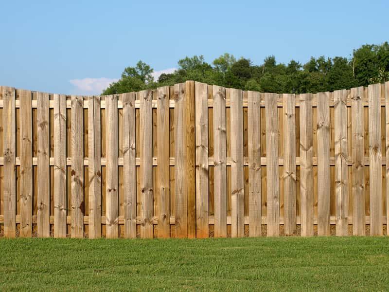 Ogrodzenie z drewanianych paneli ogrodzeniowych w ogrodzie, a także panele ogrodzeniowe, zastosowanie, opinie oraz wady i zalety