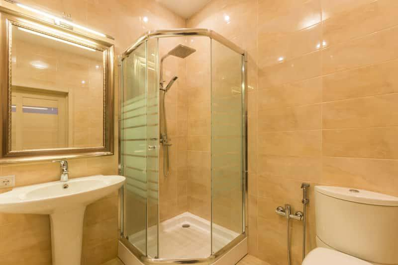 Kabina prysznicowa z brodzikem w klasycznej łazience, a także rodzaje kabiny, ceny oraz porady przy zakupie