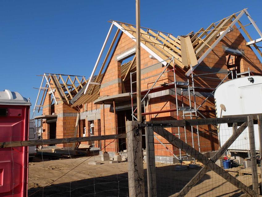 Dach jętkowy to świetne rozwiazanie, które ma bardzo dużo zalet. Jego charakterystyka i schemat powinien zostac opisany w projekcie