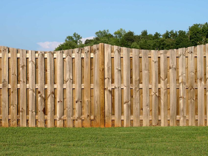 Drewniana palisada ogrodowa ładnie wygląda w ogrodach rustykalnych i w stylu wiejskim. Jej cena jest wyższa niż paneli ogrodzeniowych, ale montaż nie jest wymagający