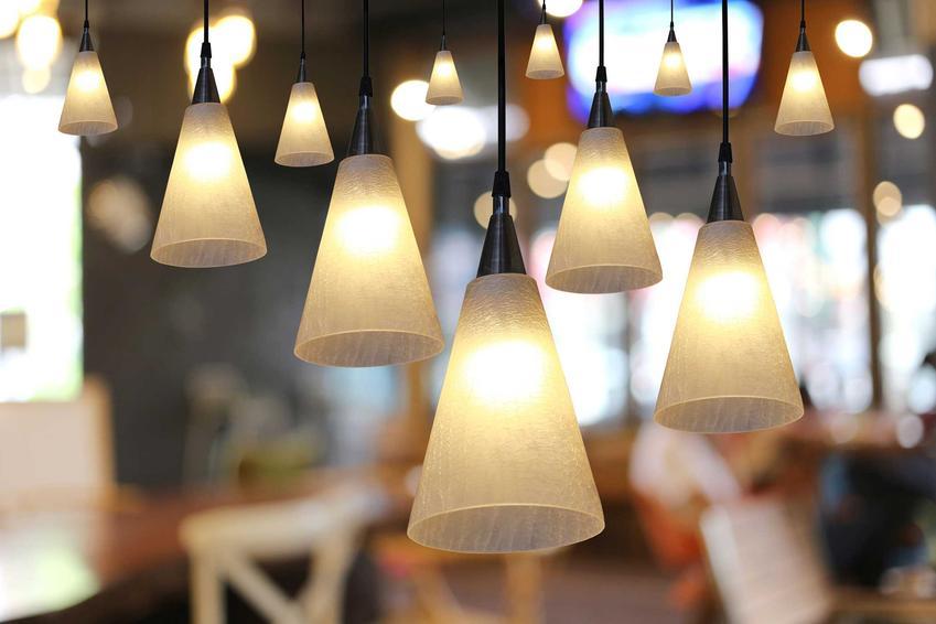 Najciekawsze wiszące lampy sufitowe to te, które są najbardziej oryginalne i nieszablonowe. Sprawdzają się w wielu przypadkach i dobrze prezentują się w salonie.