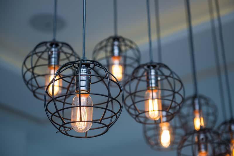 Nowoczesne wiszące lampy sufitowe z metalowymi elementami, a także najlepsze modele, rodzaje oraz ceny i produkty
