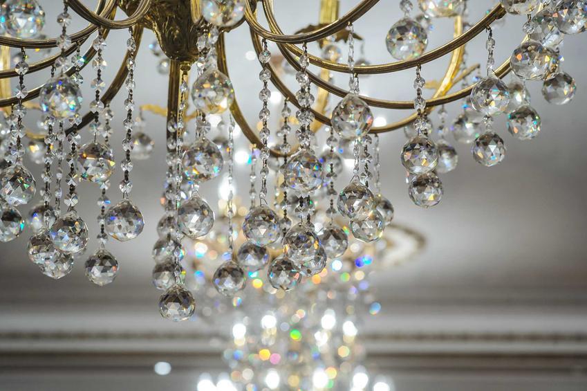 Kryształowe żyrandole do salonu to maksimum elegancji. Idealnie sprawdzają się w stylu glamour i szykownych, starych wnętrzach z duszą.