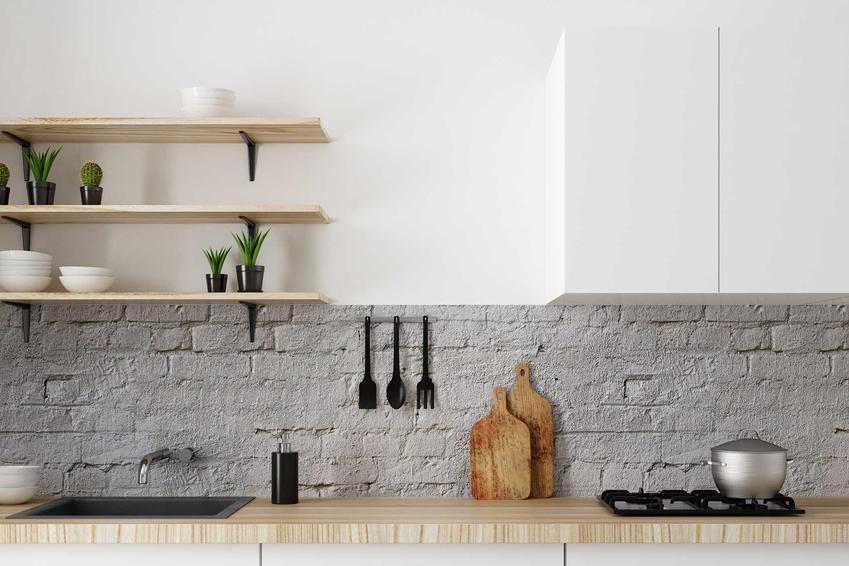 Blaty drewniane w kuchni świetnie się sprawdzają, ale drewno powinno być impregnowane i zabezieczane olejem lub lakierem
