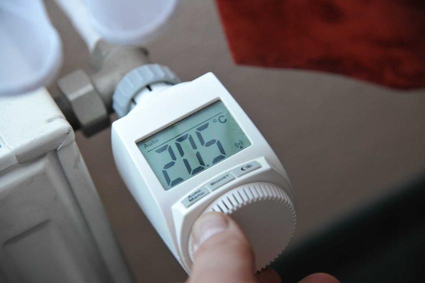 Koszt ogrzewania pompą ciepła jest bardzo niski. Koszt pompy to dość wysoka inwestycja, która potrafi sporo kosztować.