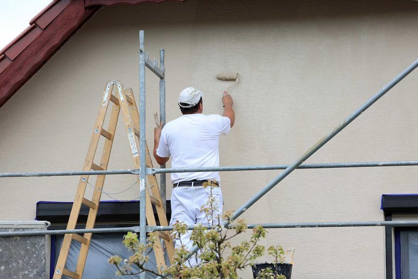 Malowanie elewacji domu powinno być dobrane do projektu budynku, by kolor podkreślał bryłę. Powinno się to zlecić specjalistom, którzy mają doświadczenie w tego rodzaju pracach.