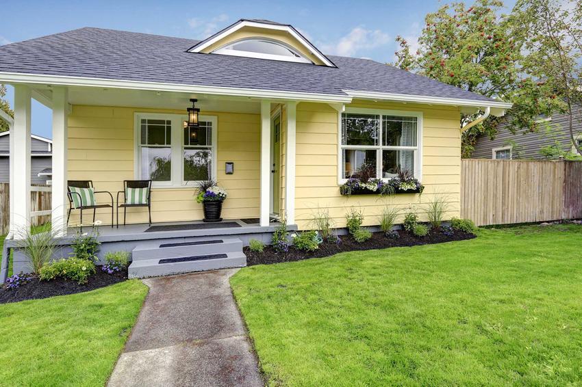 Małe domy, tanie w budowie mają prostą bryłę i najczęściej są parterowe, chociaż w niektórych przypadkach także poddasze nie jest szczególnie drogie.
