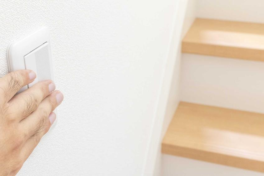 Włącznik schodowy może być krzyżowy lub podwójny. Dzięki temu światło będzie można obsługiwac i na dole, i na górze, co sprawia, że jest to bardzo bezpieczne rozwiązanie.