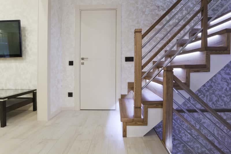 Wyłącznik schodowy do oświetlenia zamontowany nad schodami, czyli schematy podłączenia, wybór włącznika i rodzaje